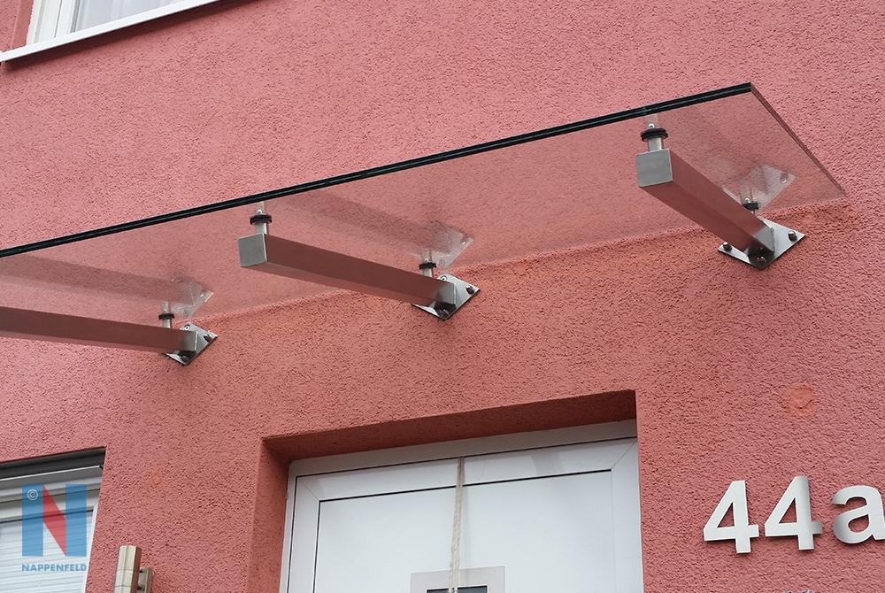 In Mülheim an der Ruhr realisierte die Edelstahlschlosserei Nappenfeld ein schlichtes Edelstahl-Vordach