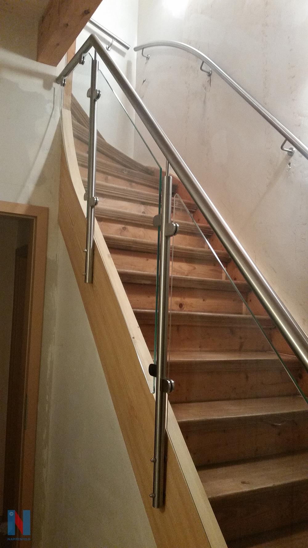 Ein Edelstahlgeländer in Kombination mit Sicherheitsglas fertigte die Edelstahlschlosserei Nappenfeld aus Mühlheim für eine Holztreppe in einem Einfamilienhaus