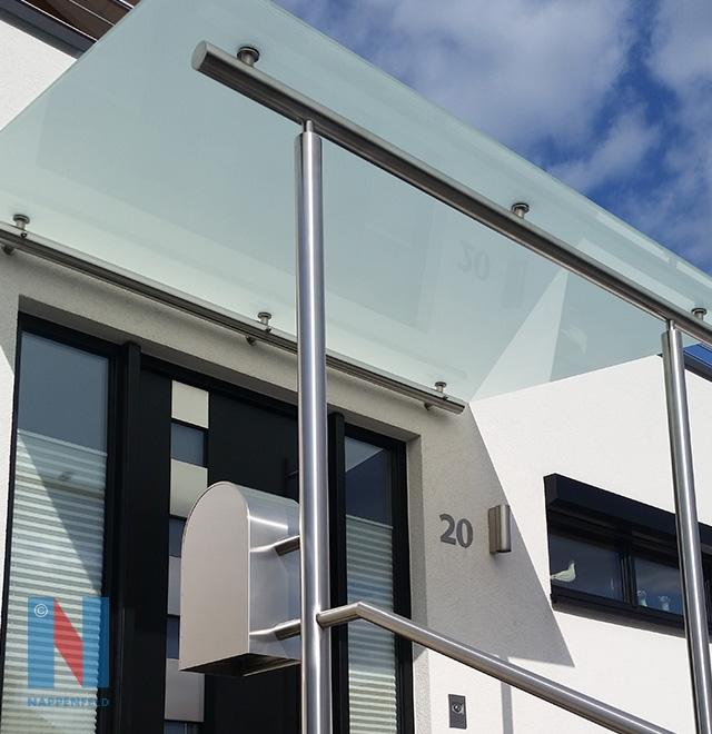 In Heiligenhaus fertigte und montierte die Edelstahlschlosserei Nappenfeld aus Mühlheim eine Vordachkonstruktion in Kombination mit matt-weißem Sicherheitsglas
