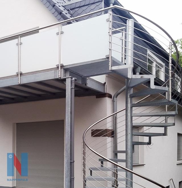 Für ein Einfamilienhaus in Mülheim an der Ruhr realisierte die Edelstahlschlosserei Nappenfeld einen Balkon mit einer zusätzlichen Spindeltreppe