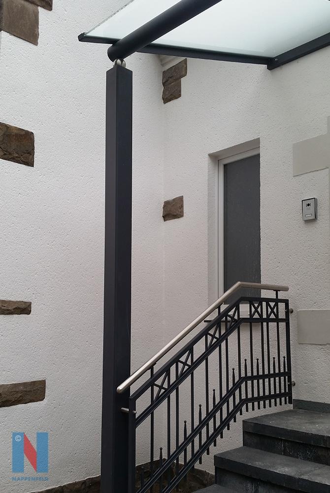 Der Edelstahlbauer Nappenfeld fertigte ein neues 4 m x 1,9 m pulverbeschichtetes Vordach mit weißem Sicherheitsglas in Mülheim
