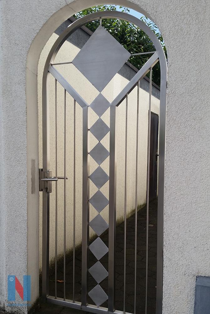 Die Edelstahlschlosserei Nappenfeld aus Mühlheim fertigte eine neue Toranlage aus Edelstahl für ein Einfamilienhaus in Essen