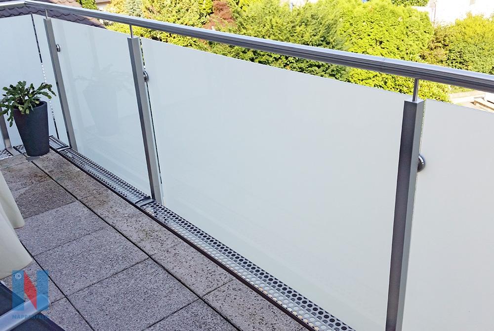 Die Edelstahlschlosserei Nappenfeld fertigte in Mülheim ein 6,5m langes Balkon-Geländer aus Edelstahl mit heruntergezogenen Glasscheiben, um die Dachrinne zu verkleiden