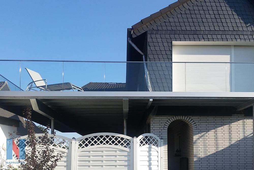 Die Edelstahlschlosserei Nappenfeld fertigte für ein Einfamilienhaus eine 40 m² neue Balkonanlage mit Ganzglas-Geländer in Mülheim