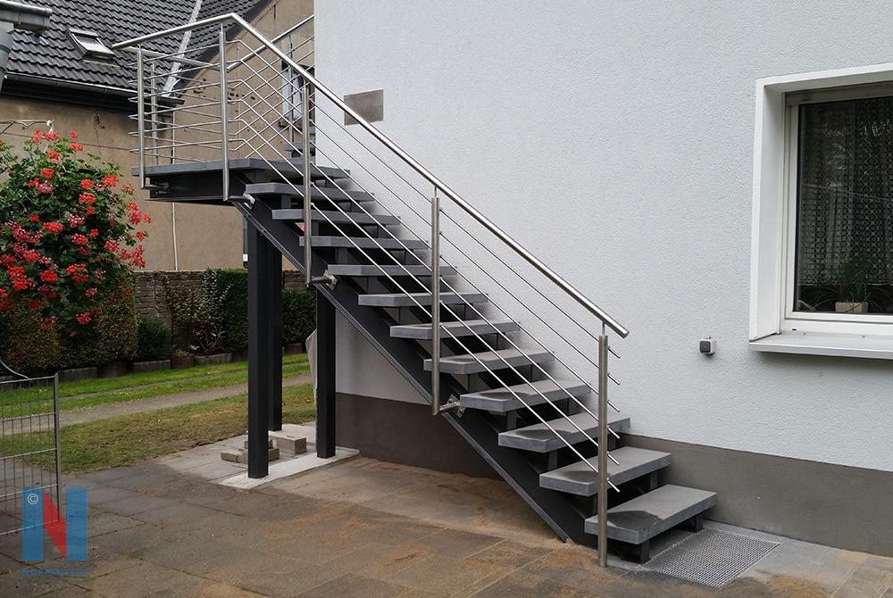 Edelstahlschlosserei Nappenfeld aus Mühlheim fertigte in Oberhausen für zwei Einfamilienhäuser eine Stahl-Treppe in verzinkter und farbbeschichteter Ausführung