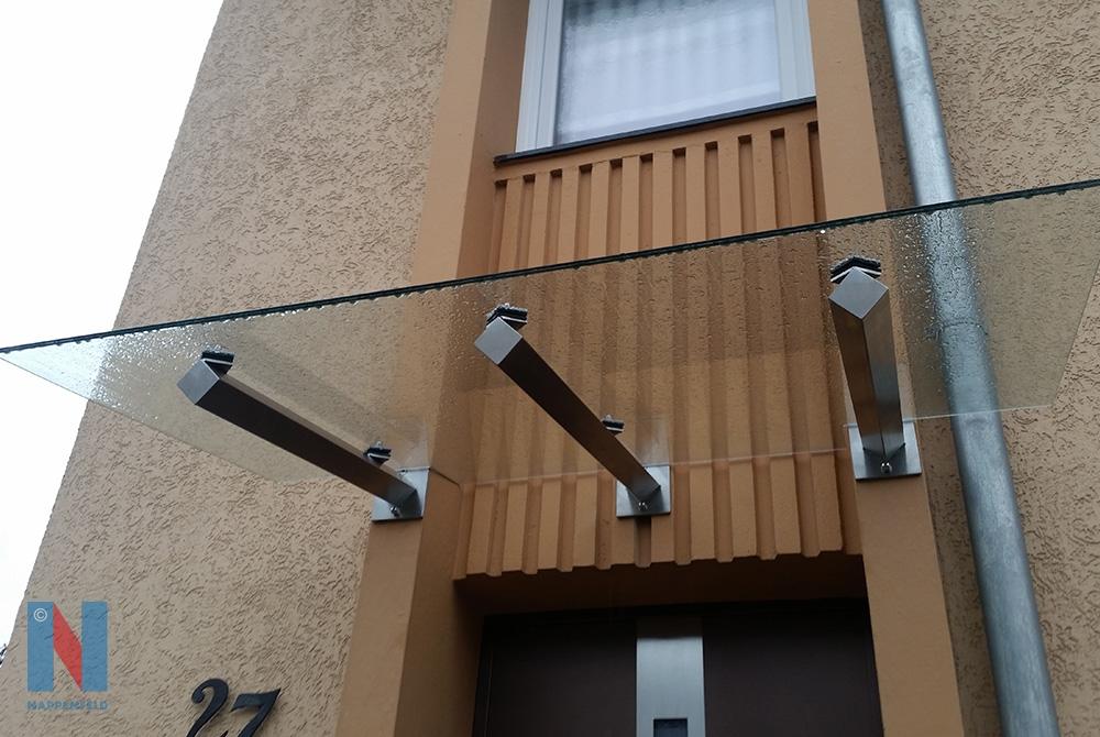 Edelstahlschlosserei Nappenfeld aus Mühlheim fertigte in Duisburg ein neues Vordach mit Vierkantrohren, die auf Spitzkant montiert wurden
