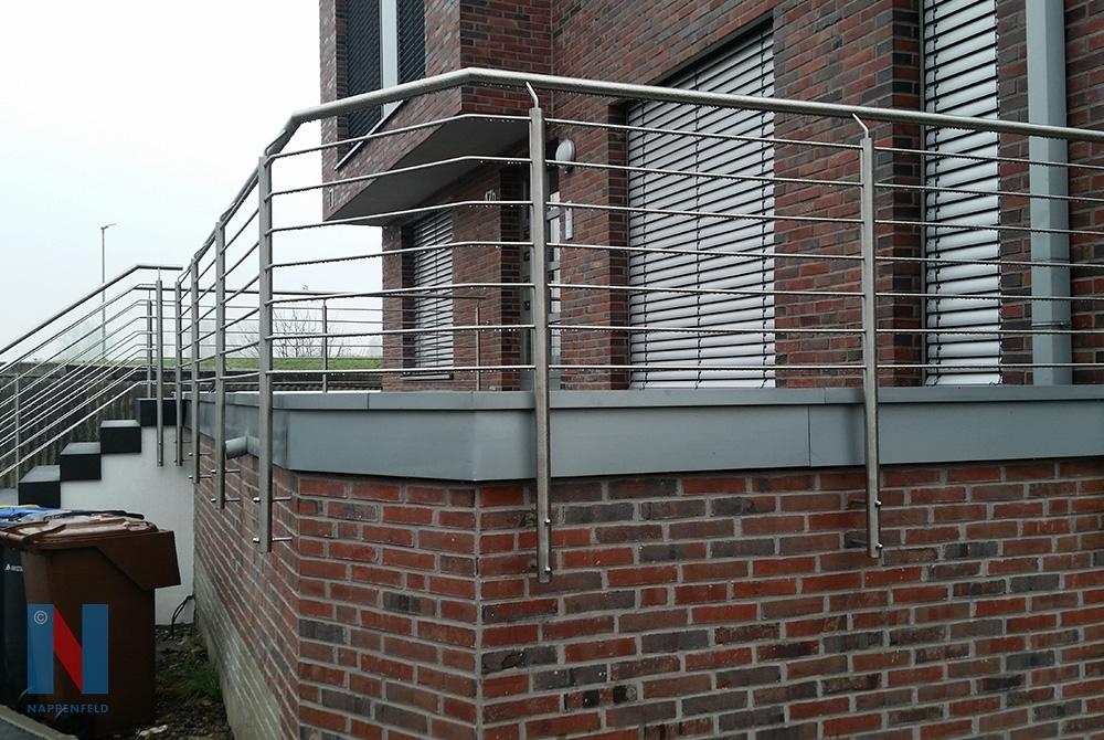 An den Düsseldorfer Rheinwiesen fertigte de Edelstahlschlosserei Nappenfeld aus Mühlheim für ein Einfamilienhaus ein neues, modernes Geländer aus Edelstahl.