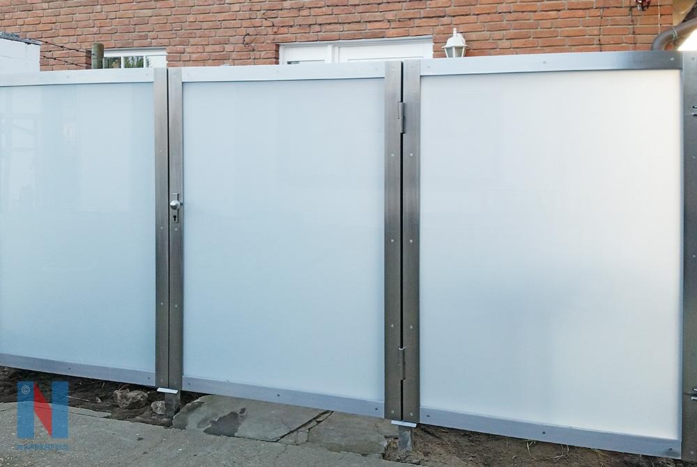 Edelstahlschlosserei Nappenfeld aus Mühlheim fertigte eine maßgeschneiderte Trennwand auch schickem Edelstahl in Kombination mit weißem Sicherheitsglas.