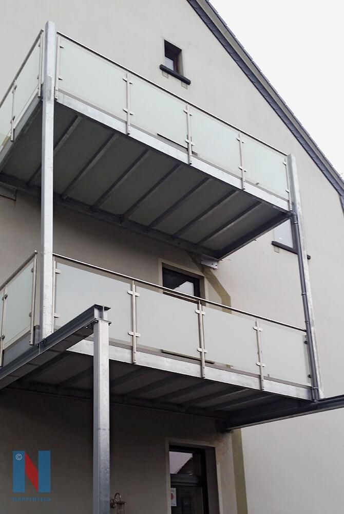 Der Balkonbauer Nappenfeld aus Mühlheim fertigte eine große Balkonkonstruktion aus zwei übereinanderliegenden verzinkten Balkonen mit Balkodurbelegung in Mühlheim