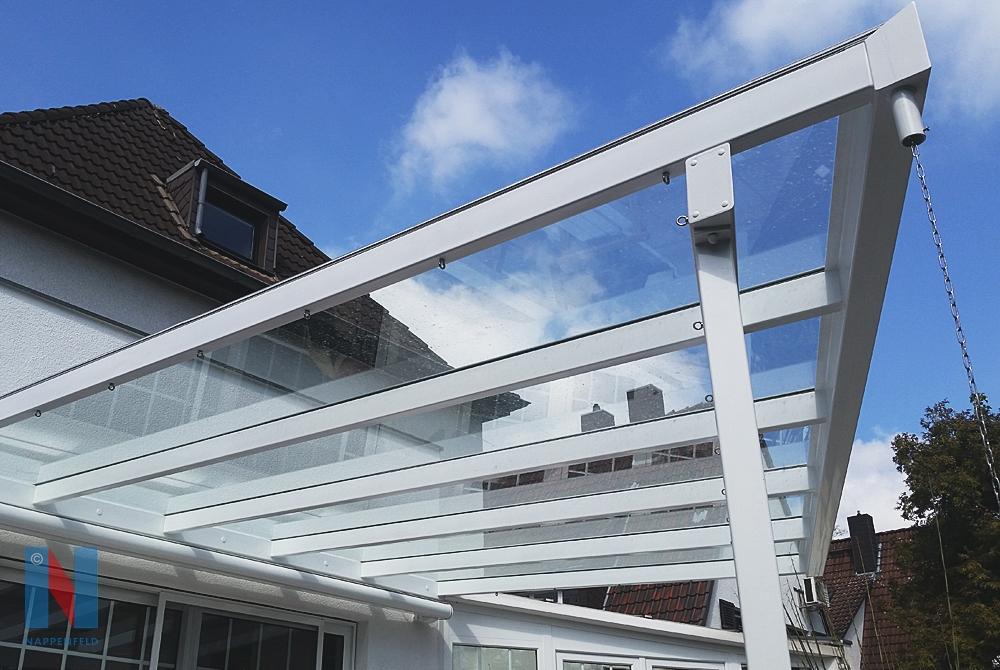 Der Edelstahlspezialist Nappenfeld fertigte in Mülheim ein 6 x 5,6 m farbpulverbeschichtetes Vordach mit einer schrägen Kante