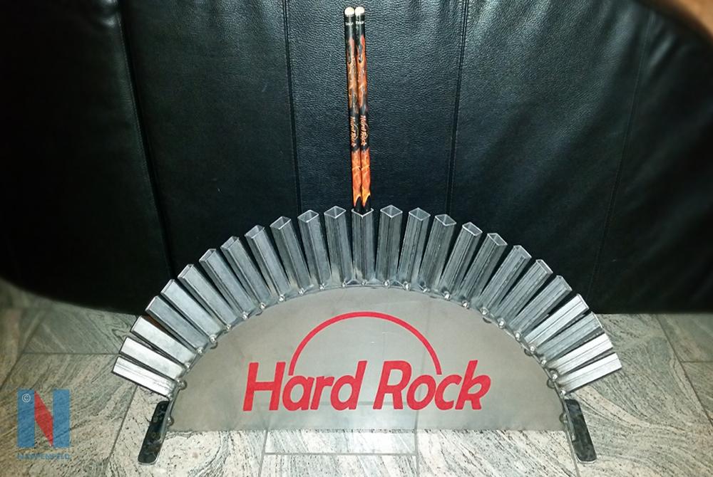 Edelstahlschlosserei Nappenfeld aus Mühlheim entwarf und fertigte einen maßgeschneiderten Drumstick-Halter aus Edelstahl für einen Schlagzeuger aus Mülheim