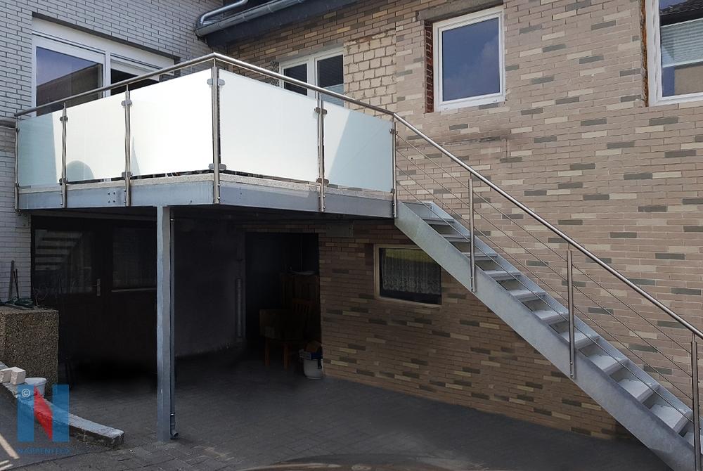 In Mülheim fertigte die Edelstahlschlosserei Nappenfeld eine neue verzinkte Balkonanlage in Kombination mit einer Treppe.