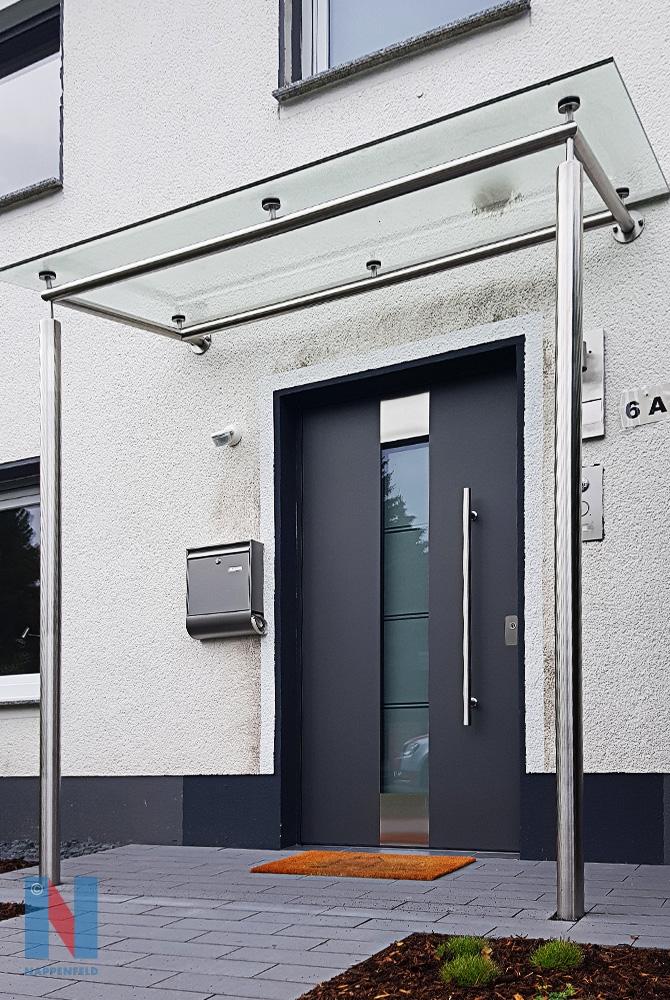 Ein neues Vordach realisierte die Edelstahlschlosserei Nappenfeld für ein Einfamilienhaus in Mülheim-Heißen