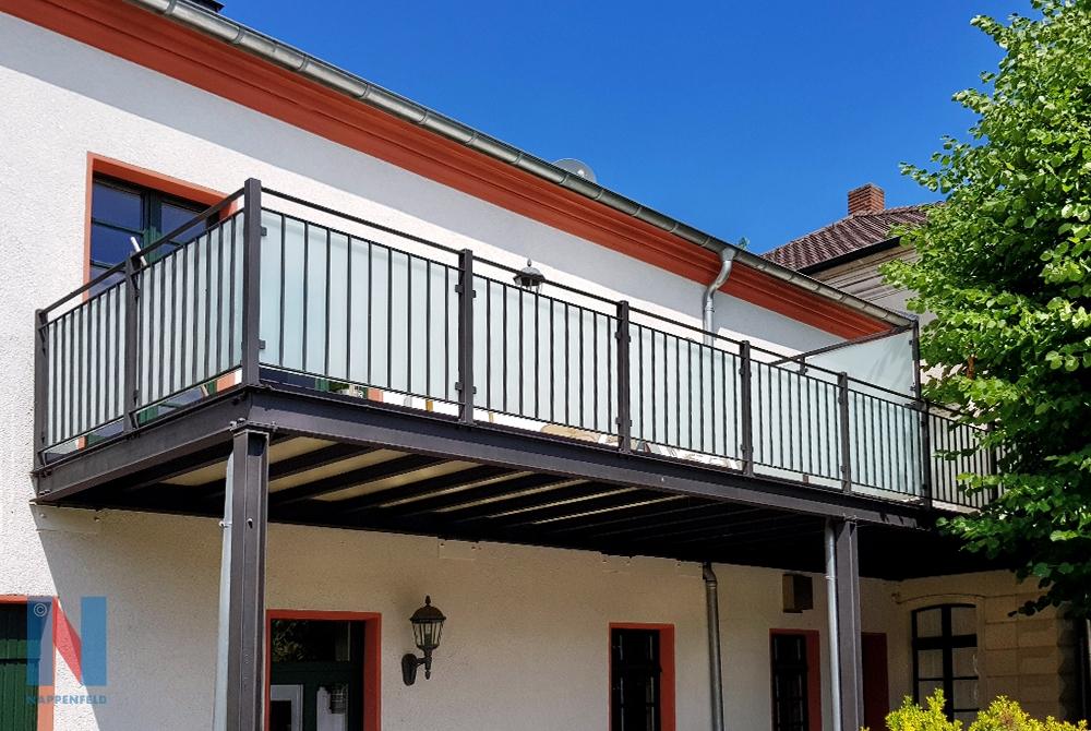 Die Edelstahlschlosserei Nappenfeld aus Mühlheim konstruierte eine neue Balkonanlage samt Geländer für einen Gutshof in Duisbur
