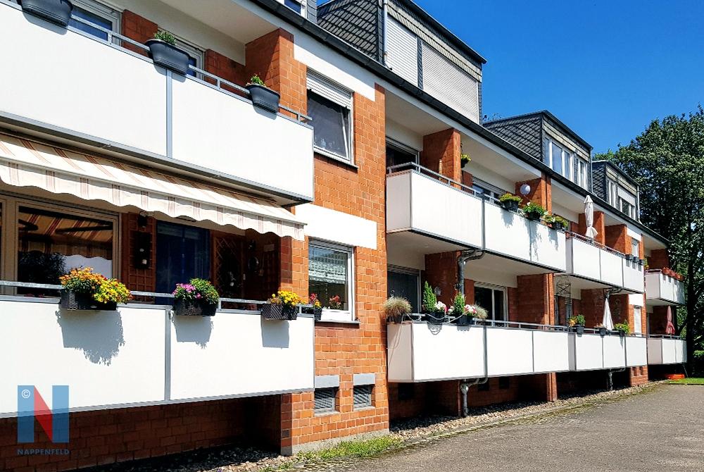 Die Edelstahlschlosserei Nappenfeld aus Mühlheim realisierte 18 neue Balkongeländer für ein Mehrfamilienhaus in Duisburg