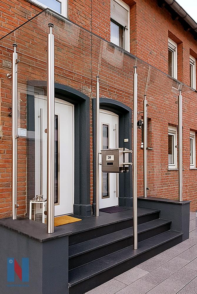 Ein neues Vordach realisierte die Edelstahlschlosserei Nappenfeld in Mülheim-Uhlenhorst. Die beiden Doppelhaushälften haben jetzt ein gemeinsames Dach, das beide Eingangsbereiche überdeckt
