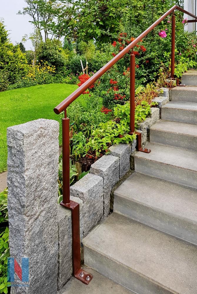 Die Edelstahlschlosserei Nappenfeld aus Mühlheim konstruierte für den Garten eines Einfamilienhauses einen farbpulverbeschichteten Handlauf für die Steintreppe in Mülheim-Heiße