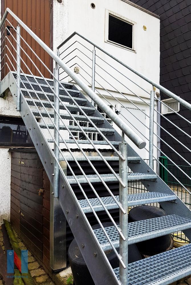 In Mülheim-Dümpten realisierte die Edelstahlschlosserei Nappenfeld eine feuerverzinkte Stahltreppe, die in den Garten des Wohnhauses führt