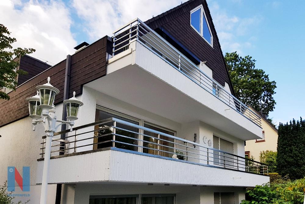 In Mülheim-Heißen konstruierte der Edelstahlexperte Nappenfeld zwei Balkon-Brüstungsgeländer mit Edelstahlabdeckung
