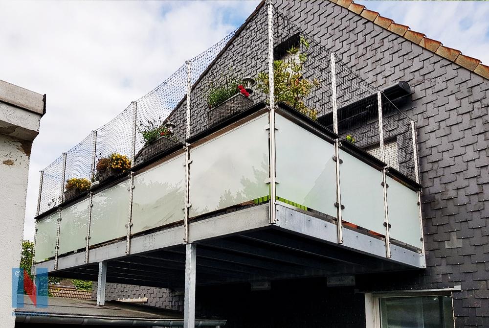 Für ein Zweifamilienhaus in Mülheim-Dümpten, fertigte die Edelstahlschlosserei Nappenfeld aus Mühlheim eine Balkonanlage in verzinkter Ausführung und mit mattweißem Sicherheitsglas.
