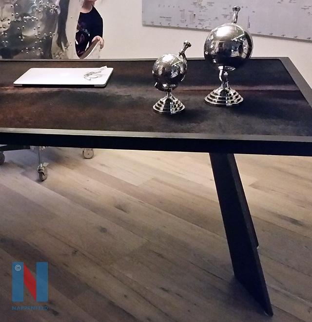 Schreibtisch mit echtem Bärenfell im Münsterland, entworfen und gefertigt von der Edelstahlschlosserei Nappenfeld aus Mühlheim
