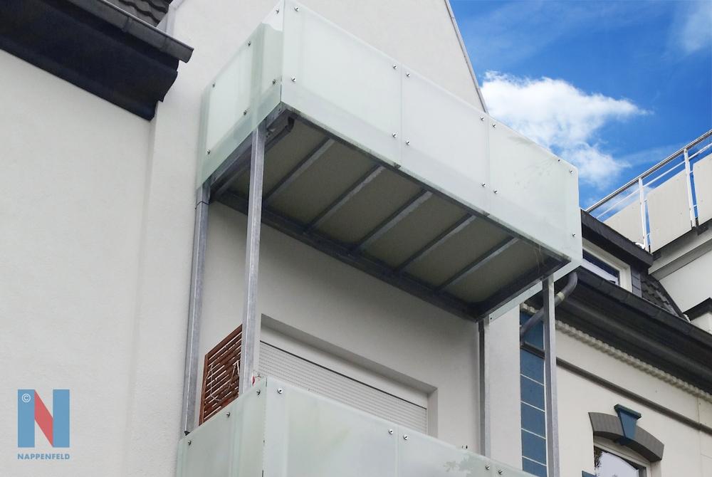 Zwei Balkone fertigte und montierte die Edelstahlschlosserei Nappenfeld für ein Mehrfamilienhaus in Mülheim. Die Balkonkonstruktion ruht auf vier Stahlstützen.