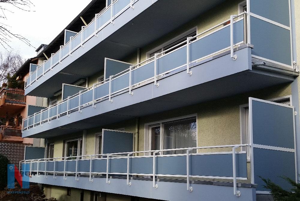 Mehrere Balkone fertigte und montierte die Edelstahlschlosserei Nappenfeld für Eigentumswohnungen in Mülheim.