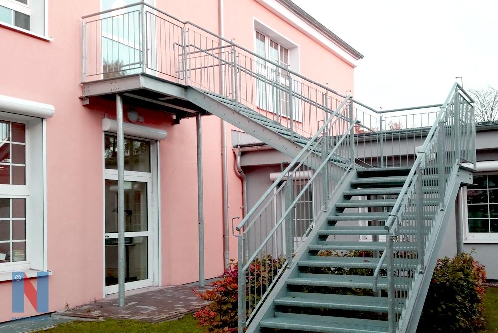 Eine Feuerschutztreppe fertigte und montierte die Edelstahlschlosserei Nappenfeld aus Mühlheim an der städtischen Astrid-Lindgren-Grundschule in Moers