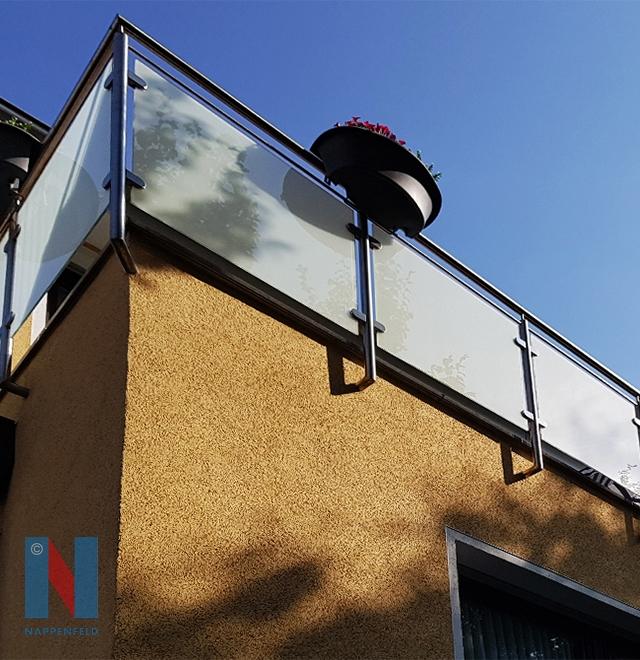 Edelstahlschlosserei Nappenfeld aus Mühlheim realisierte ein neues Geländer mit matt-weißem Sicherheitsglas auf dem Balkon eines Einfamilienhauses in Essen