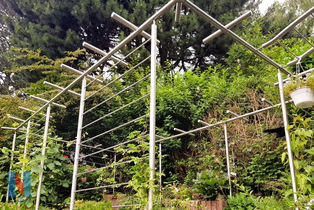 Edelstahlschlosserei Nappenfeld realisierte ein 6×4 Meter großes Rankgerüst als Rundrohr-Konstruktion in einem Garten in Mülheim