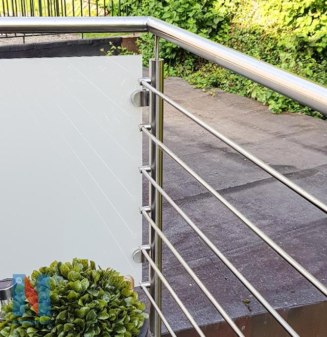 Edelstahlschlosserei Nappenfeld aus Mühlheim realisierte ein neues Balkongeländer in Kombination mit Stäben und Glas in Mülheim an der Ruhr
