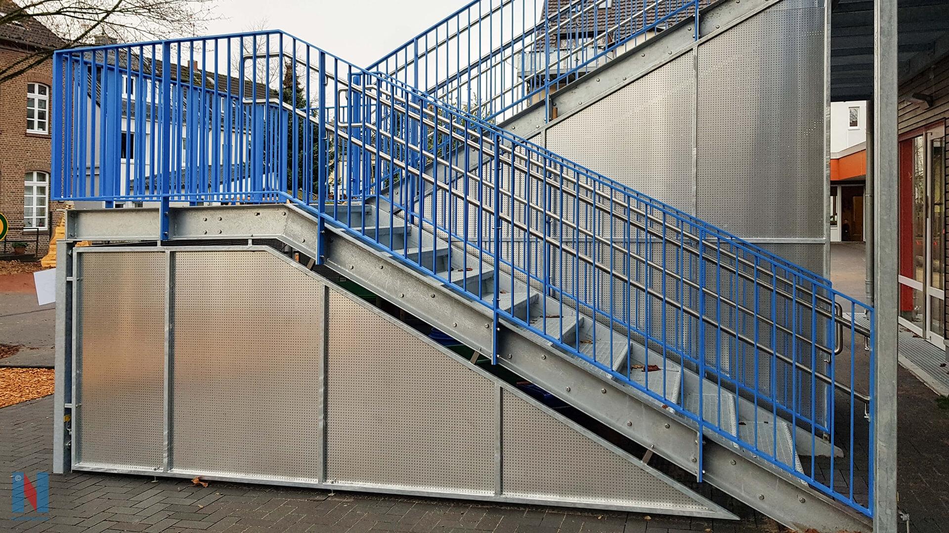 In Mülheim realisierte die Edelstahlschlosserei Nappenfeld eine neue Treppe als Fluchtweg samt einer Einhausung für Spielzeug in pulverbeschichtetem Material