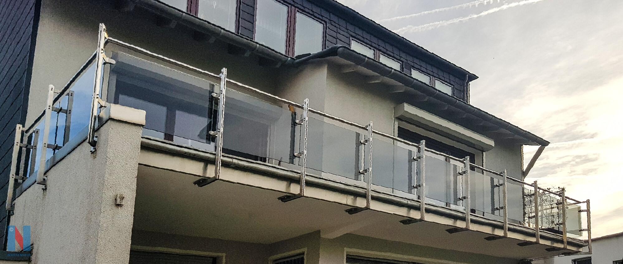 Acht Meter Balkongeländer aus Edelstahl verbaute die Edelstahlschlosserei Nappenfeld für ein 3-Familienhaus in Mülheim