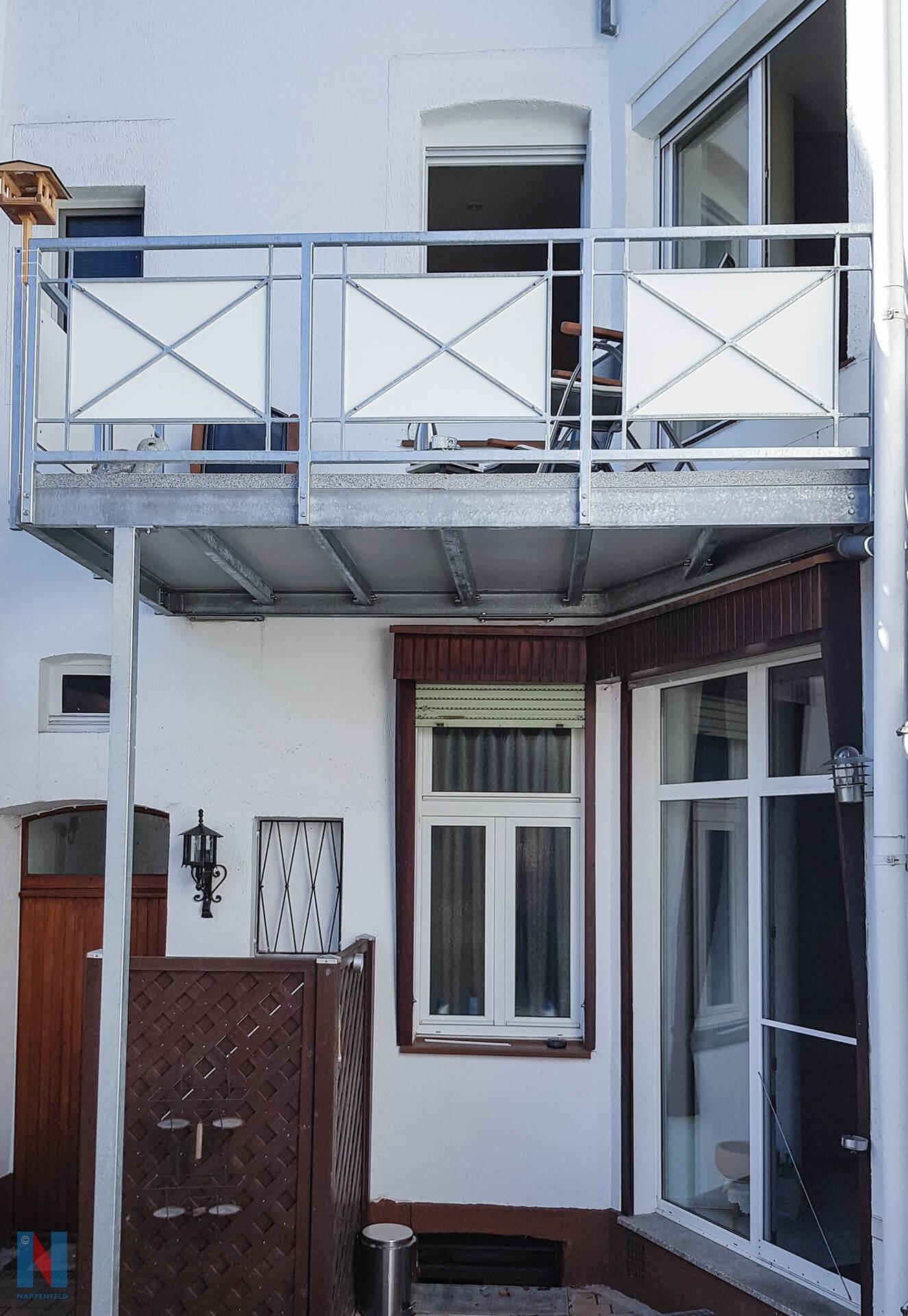 Exakt an die Nische angepasst, montierte der Edelstahl-Experte Nappenfeld den verzinkten Balkon in der schwierigen Position in Mühlheim