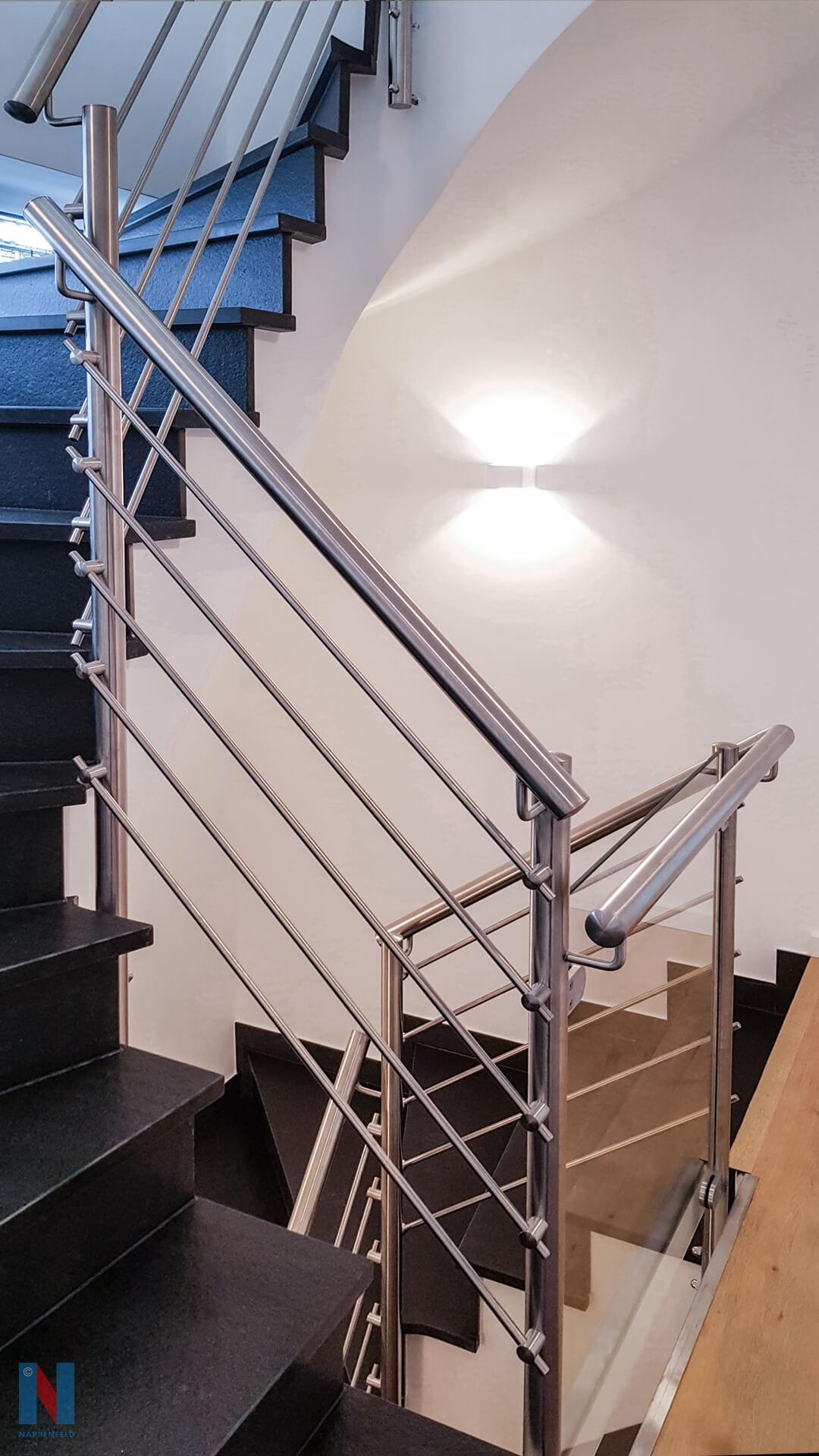 Die Edelstahlschlosserei Nappenfeld realisierte ein neues Edelstahl-Geländer für eine Treppe in einer Villa in Oberhausen.