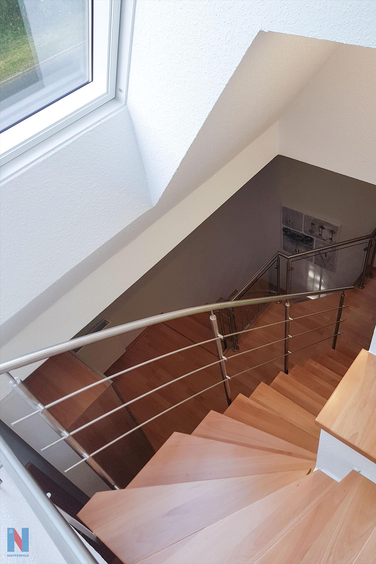 Für ein Mehrfamilienhaus in Mühlheim konzipierte und realisierte die Edelstahlschlosserei Nappenfeld, ebenfalls aus Mühlheim, eine neue, fünfzehnstufige Treppe aus edlem Holz