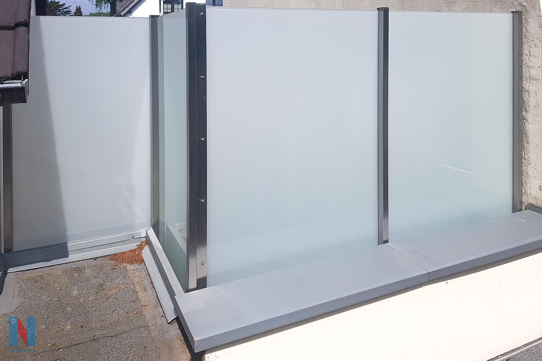 Trennwand aus Edelstahl & Glas, geplant und gebaut von der Edelstahlschlosserei Nappenfeld aus Mühlheim