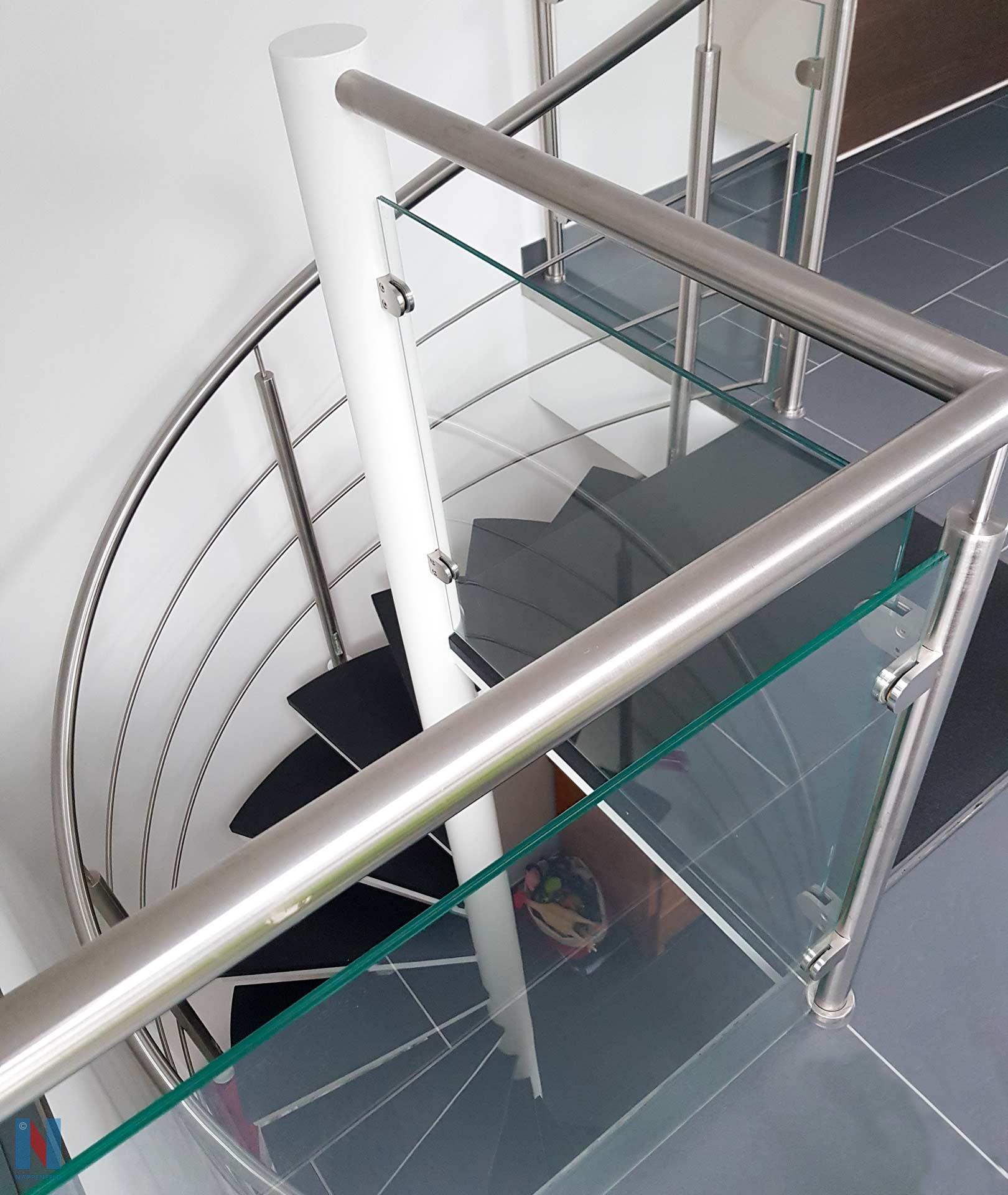 In diesem Haus in Essen erhielt die alte Treppe einen modernen Look, denn die Edelstahlschlosserei Nappenfeld aus Mühlheim montierte ein Edelstahl-Geländer mit Sicherheitsglas