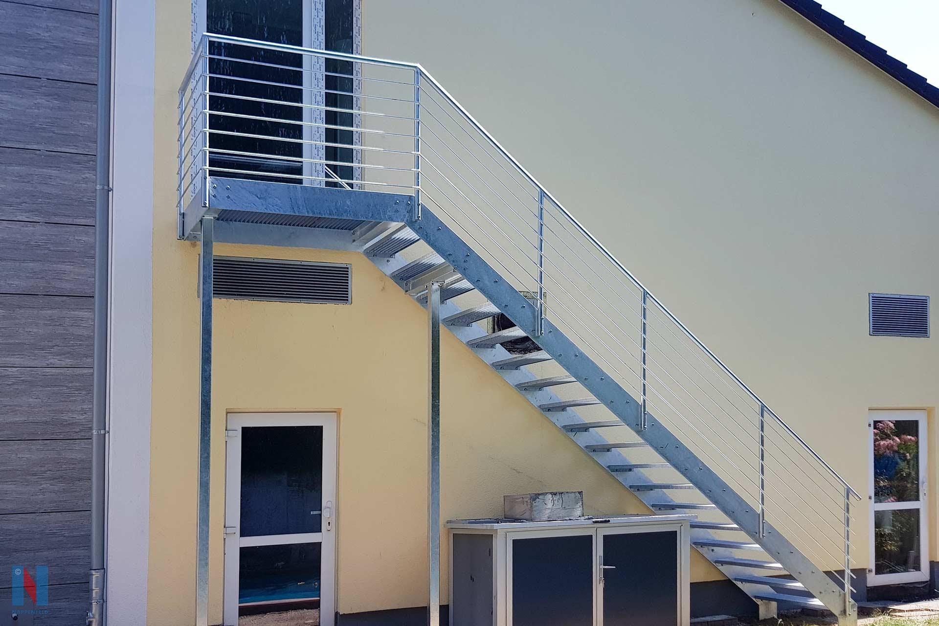 Für ein Hotel in Mülheim an der Ruhr hat die Stahlbauschlosserei Nappenfeld eine Fluchttreppe als zweiten Fluchtweg konzipiert, gebaut und montiert.