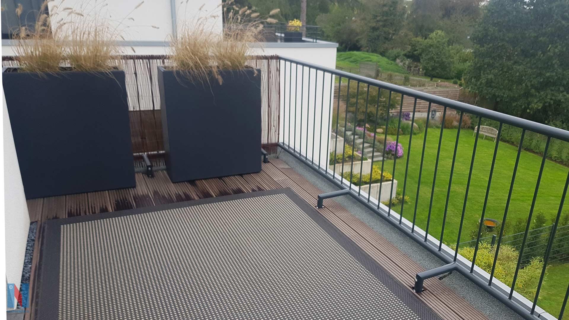 Für eine Villa in Mülheim an der Ruhr konstruierte, fertigte und montierte die Edelstahlschlosserei Nappenfeld ein pulverbeschichtetes Geländer, kombiniert mit WPC