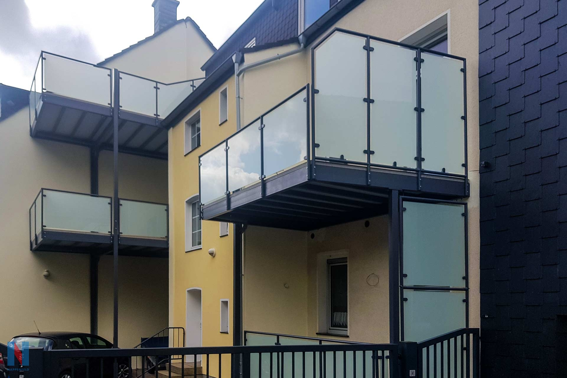 Wie man auch auf engem Raum ästhetisch ansprechende Lösungen findet, zeigt der Balkonbau-Spezialist Nappenfeld aus Mühlheim in Essen. Dort montierte das Unternehmen zwei Balkontürme.