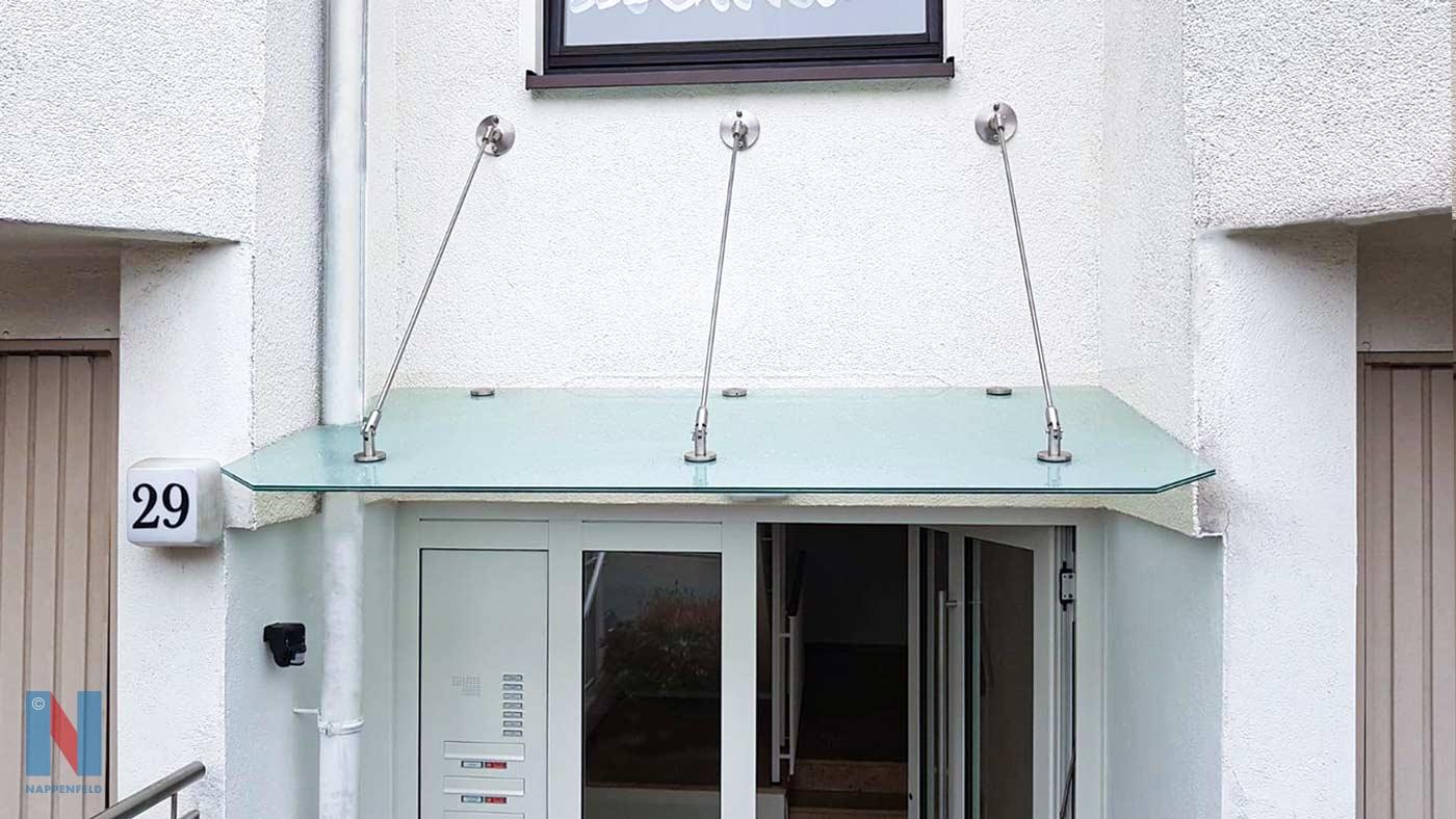 Schutzdach aus Sicherheitsglas in Essen, konzipiert und ausgestattet von der Edelstahlschlosserei Nappenfeld aus Mühlheim