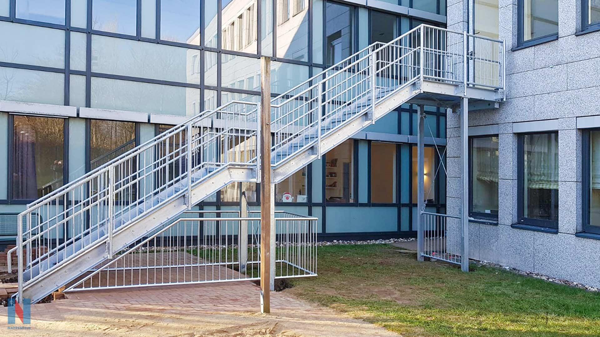 Neue Flucht-Treppe, geplant und konstruiert von der Edelstahlschlosserei Nappenfeld aus Mühlheim