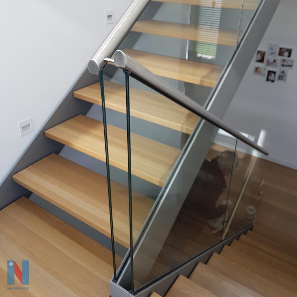 Treppe aus Stahl und Holz in Ratingen, geplant und gebaut von der Edelstahlschlosserei Nappenfeld aus Mühlheim