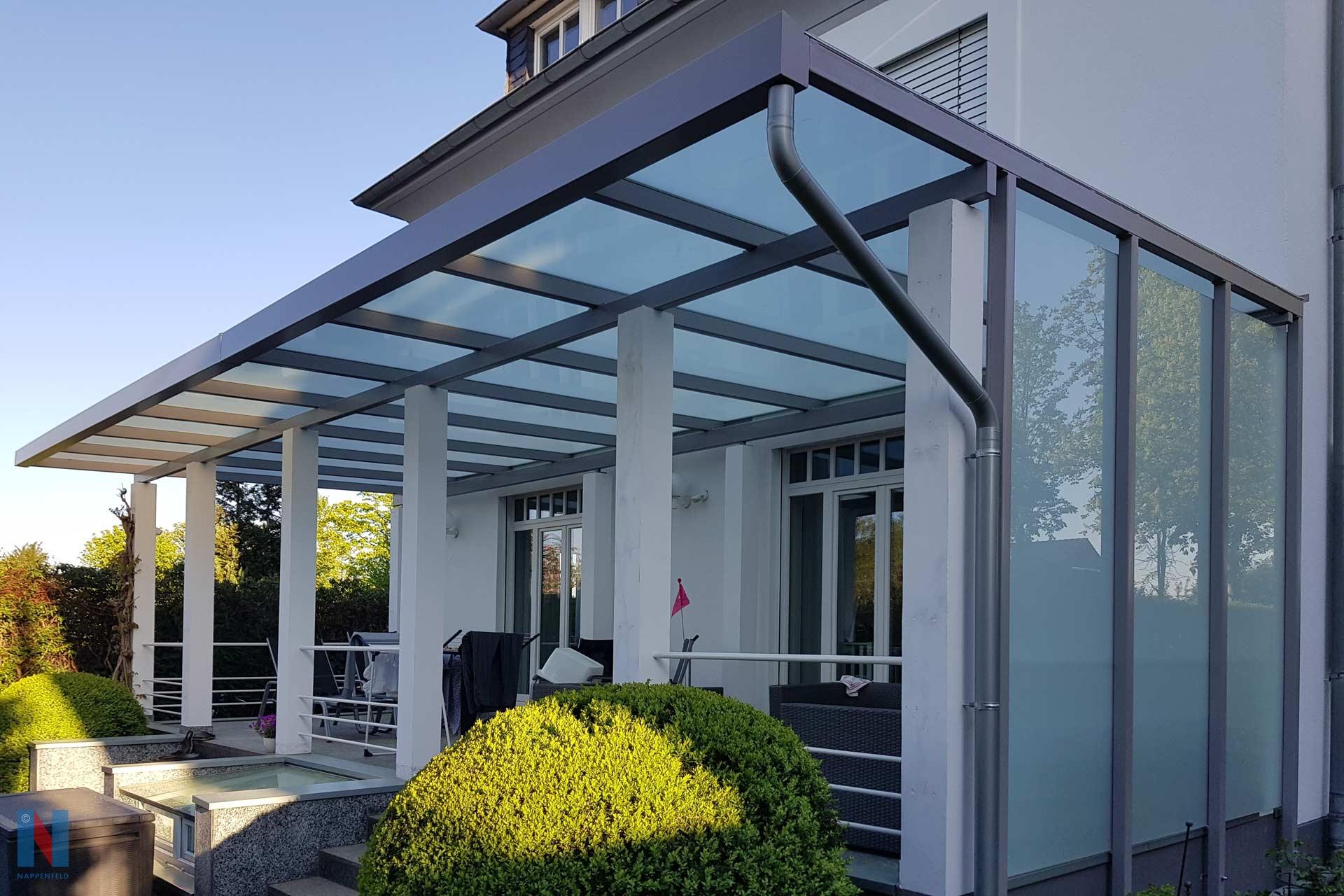 Großes Vordach in Ratingen, konzipiert und realisiert von der Edelstahlschlosserei Nappenfeld aus Mühlheim