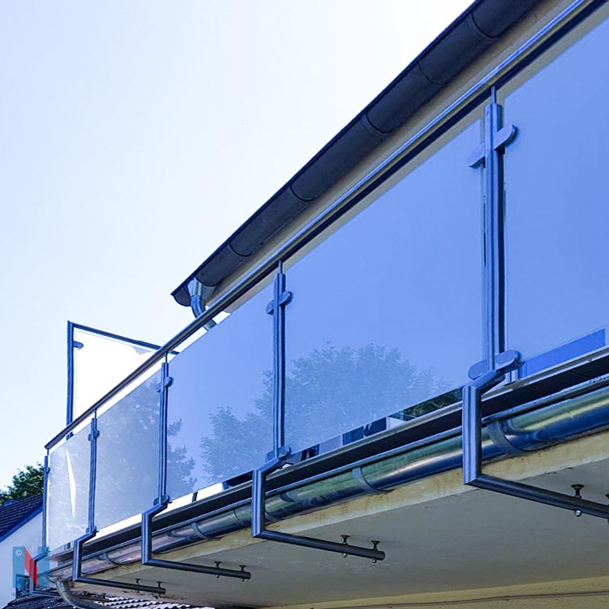 Balkongeländer plus Trennwand in Mühlheim, geplant und umgesetzt von der Edelstahlschlosserei Nappenfeld aus Mülheim