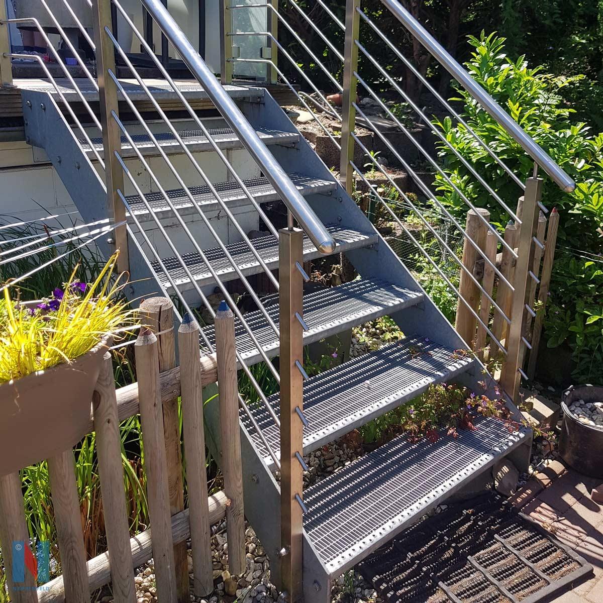 Treppe in den Garten in Mühlheim, geplant und umgesetzt von der Edelstahlschlosserei Nappenfeld aus Mülheim