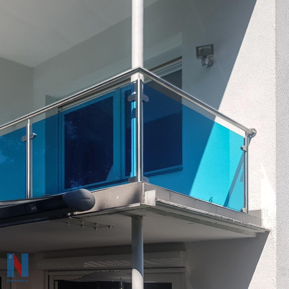 Balkon mit blauem Glas in Düsseldorf, geplant und umgesetzt von der Edelstahlschlosserei Nappenfeld aus Mülheim