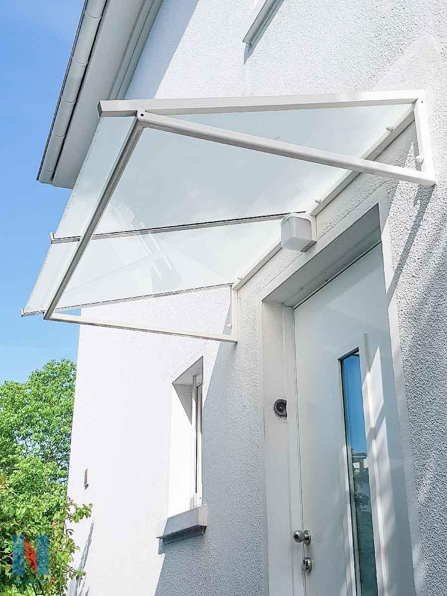 Vordach aus Stahl und Glas in Mühlheim, geplant und umgesetzt von der Edelstahlschlosserei Nappenfeld aus Mülheim