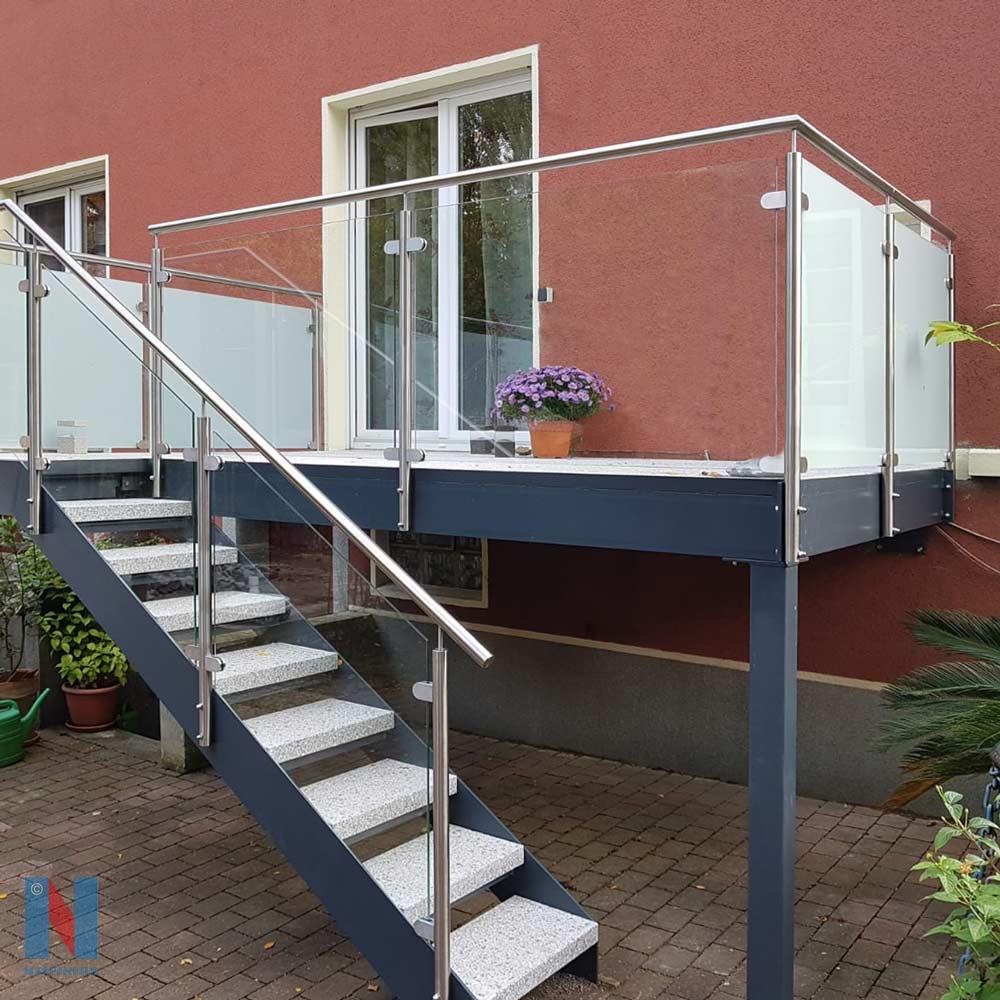 Balkon mit Treppe in Gelsenkirchen, geplant und umgesetzt von der Edelstahlschlosserei Nappenfeld aus Mülheim